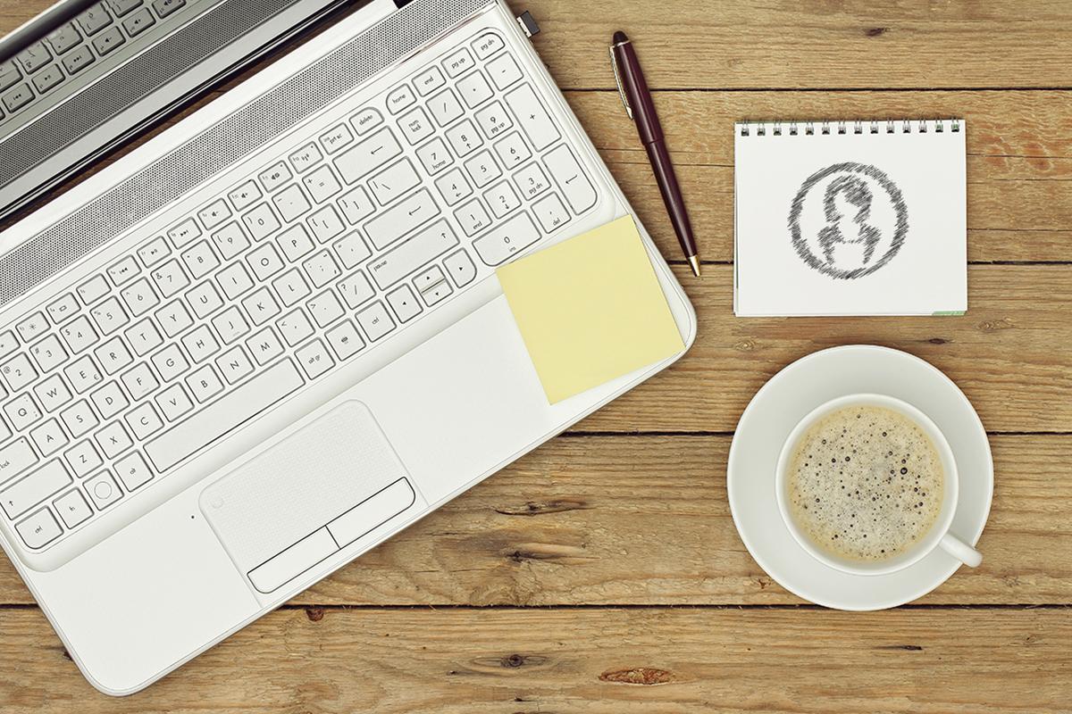 computadora y cafe
