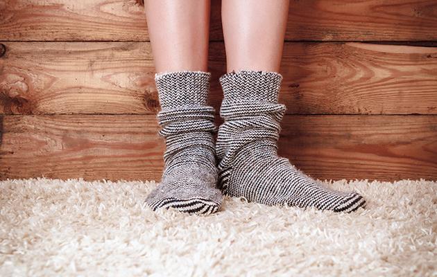 Pies en la alfombra