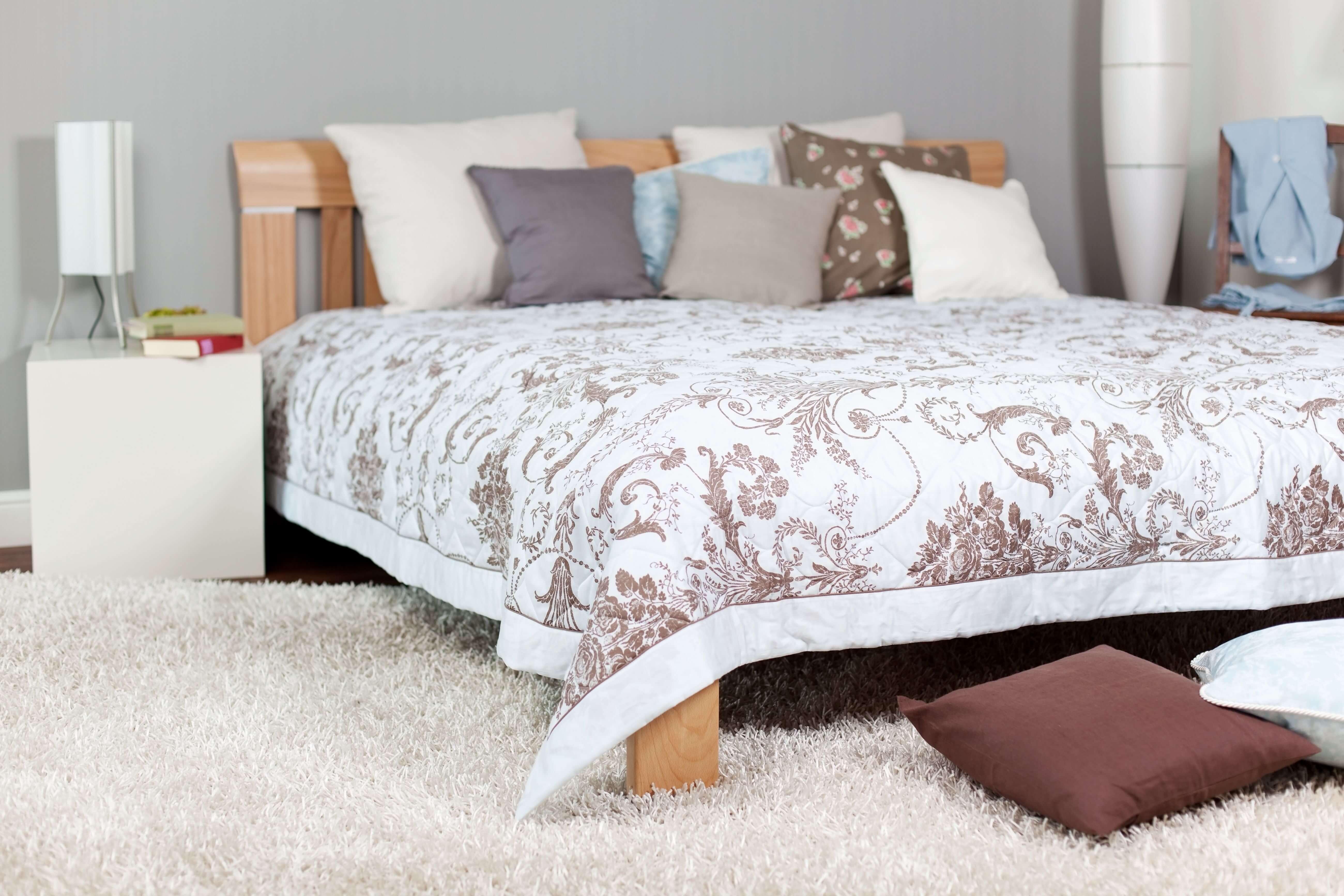 Cama, almohadas, mantas