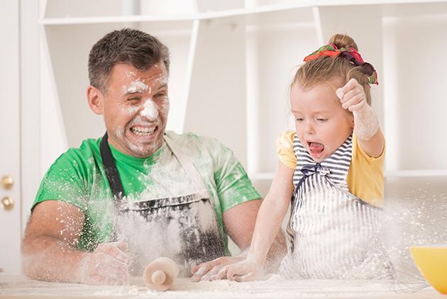 papá e hija cocinan juntos
