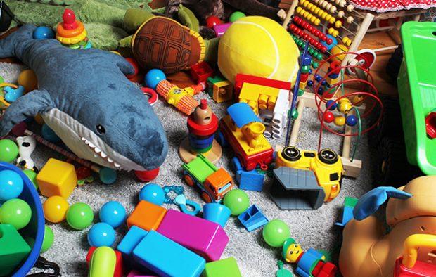 juguetes abandonados en el suelo