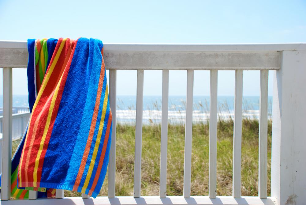 Toalla de playa extendida al sol
