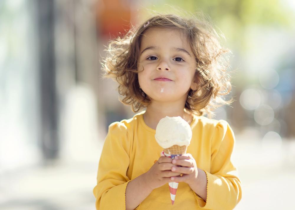 Niña come un helado