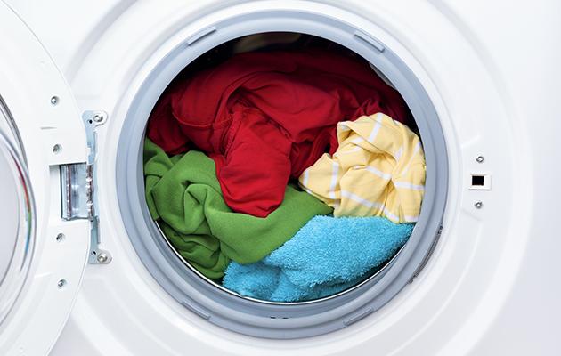 poner-su-ropa-en-la-lavadora