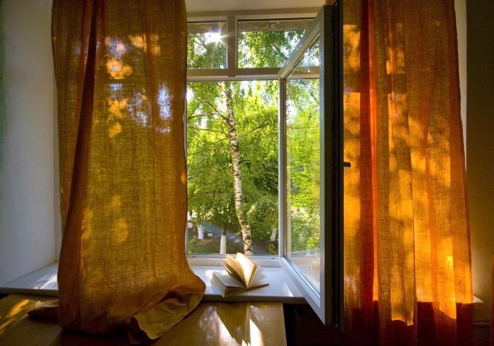 El polvo entra por la ventana abierta
